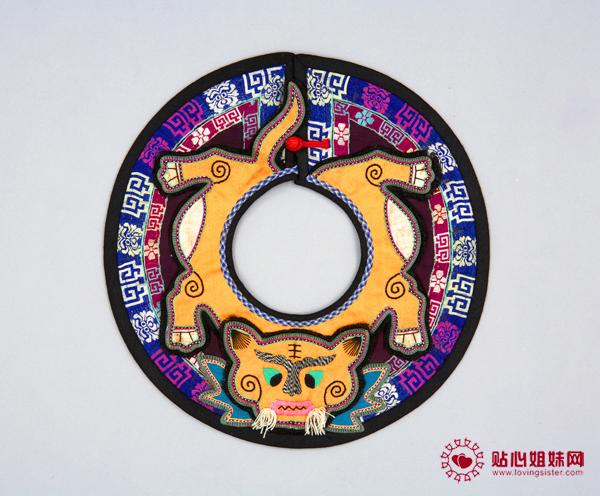 该展览展示的精美展品通过刺绣的方式表达喜庆和对孩子的爱护。其中最精美的是中国母亲和祖母/外祖母们手工制作的帽子,形状是老虎、龙、兔子和蝙蝠等富有生气的动物形象,蕴含着赐予孩子力量与智慧、驱邪、确保无量前途的祝福。除了80多顶20世纪早期制作的帽子,展览还将展示领子、围兜、背心和鞋子等精美展品。这些衣帽都是孩子在春节或其他节日时穿戴的。